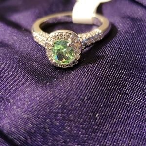 Size 7 light emerald and white topaz ring 💚💚
